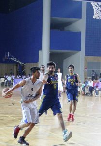 Himanshu Sharma of Bhiwani Club, Haryana goes behind the back against ONGC, Dehradun